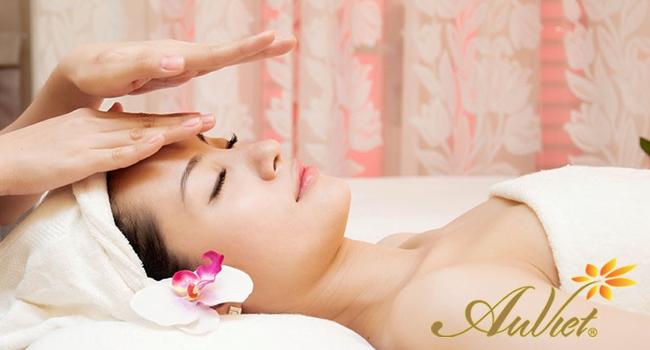 Khách hàng sử dụng dịch vụ massage mặt tại thẩm mỹ Âu Việt