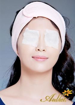Đắp mặt nạ collagen quanh mắt