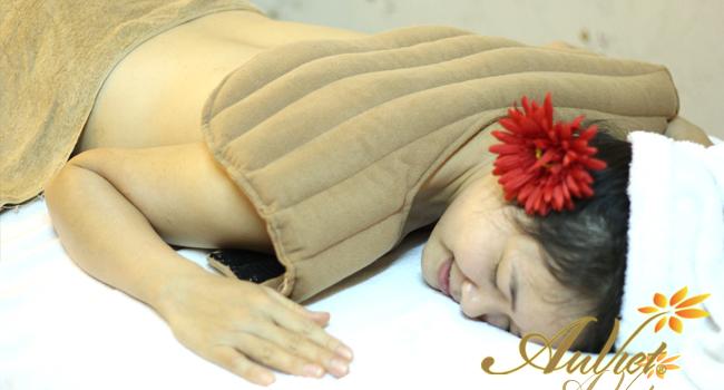 Massage body bằng gối thảo dược tại Thẩm mỹ viện Âu Việt