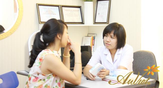 Ths/Bs Dung Phạm thăm khám và tư vấn cho khách hàng làm thẩm mỹ tại Thẩm mỹ Âu Việt